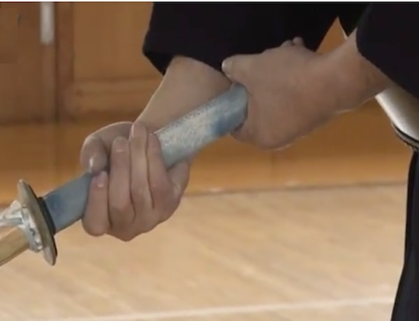 竹刀の握りの悪い例、横握り